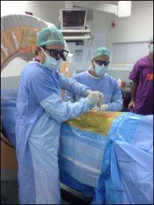 """ד""""ר רן הראל בעת ניתוח בעזרת ניווט"""
