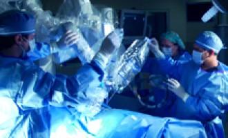 רובוט עם סכין ניתוחים
