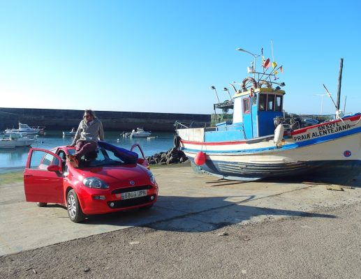 על קו החוף של פורטוגל בפיאט פונטו אדומה