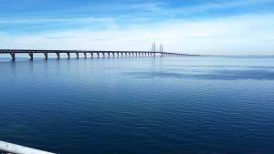 רק ים וגשר ארוך