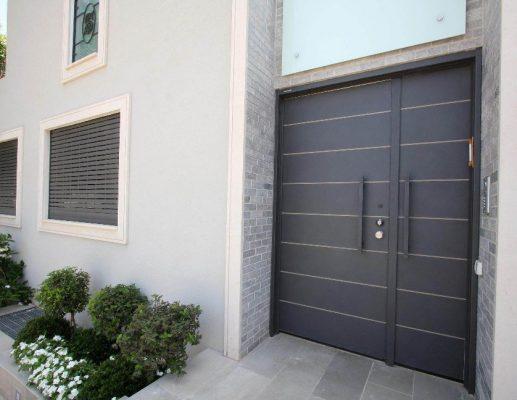 דלתות כניסה לבית פרטי